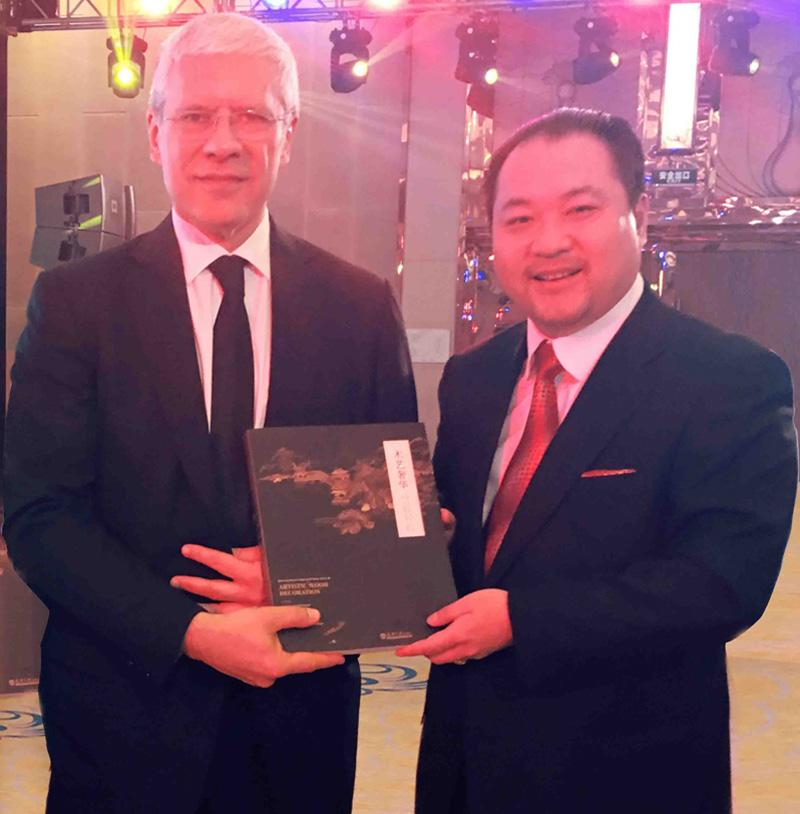 关毅先生向塞尔维亚前总统鲍里斯·塔迪奇阁下赠送故宫修复书籍《木艺奢华》