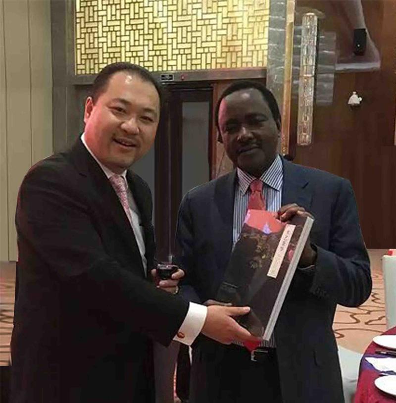 关毅先生拜会肯尼亚副总统卡隆佐阁下并赠送修复故宫书籍《木艺奢华》