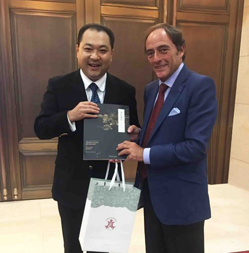 关毅先生向葡萄牙前副总理保罗·波尔塔斯阁下赠送故宫修复书籍《木艺奢华》