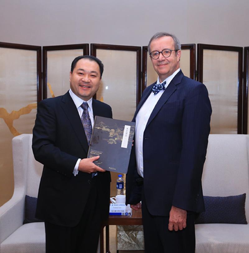 关毅先生向爱沙尼亚前总统托马斯·伊尔韦斯阁下赠送故宫家具修复书籍《木艺奢华》